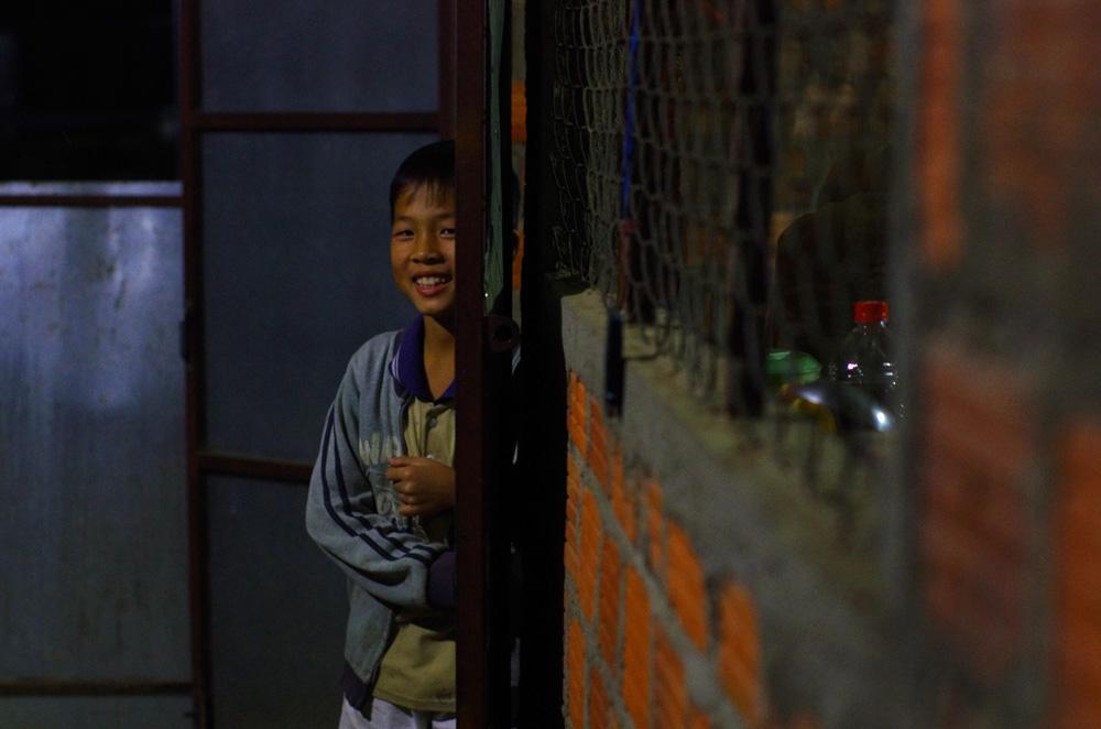 Portrait de Tuân, un des enfants de la première famille qui nous a accueillis au Vietnam. Un accueil magique de leur part. Assez en tous cas pour faire taire les à priori que l'on avait entendu avant d'arriver et que nos premières observations avaient confirmées. Ouf, il y a des gens au sourire gratuit et sincère dans ce pays aussi ! Ils nous laissent mettre nos hamacs dans leur restaurant pour la nuit, n'y voyant aucun inconvénient.