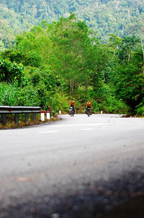La route Hô Chi Minh nous donne du fil à retordre. Cela faisait bien longtemps que nous n'avions pas évolué en montagne (depuis l'Alaska). Mais la grimpette se passe bien sur cette route assez peu empruntée par le gros trafic. Nous roulons côte à côte et discutons comme nous aimons le faire, malgré l'effort à fournir.