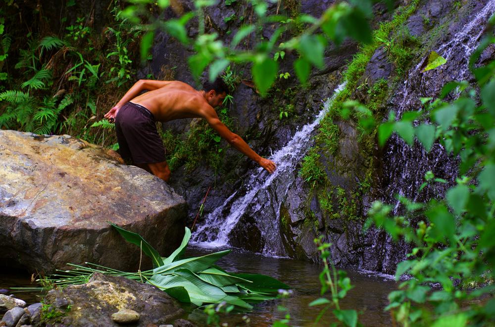 Nous adorons être dans cet environnement ou l'eau de source coule pour nous rafraîchir et nous désaltérer. Ca en surprend certains, mais l'eau de la montagne est bonne à boire ! D'où vient l'eau minérale au départ ? Il faut seulement s'assurer qu'il n'y ait aucun village ni aucun pâturage en amont et il ne devrait pas y avoir de mauvaises surprises.