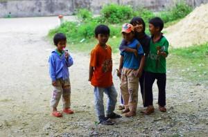 Enfantsdu Vietnam le bord des routes