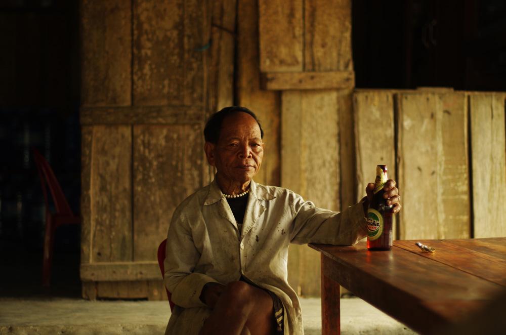 Portrait d'un ancien. Son visage inspire la sérénité, c'est certain. La bière, comme dans tous les pays du monde que nous ayons traversé, sait se faire apprécier. Ici, c'est la « Huda » la boisson nationale !