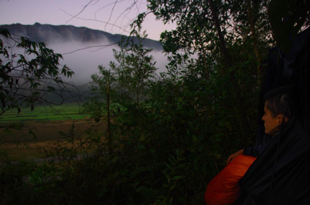 Vue du hamac au réveil après une nuit de bivouac. Dans les montagnes, les nuits sont fraîches. Nous hésitions à prendre nos duvets chauds afin d'économiser du poids supplémentaire, mais nous avons bien fait de les garder. Même si les températures sont chaudes en milieu de journée, nous sommes très bien le matin au fond de nos sacs de couchages. En effet, il faut savoir qu'en hamac nous sommes beaucoup plus sensibles au froid du fait que l'air frais passe en dessous de nous.