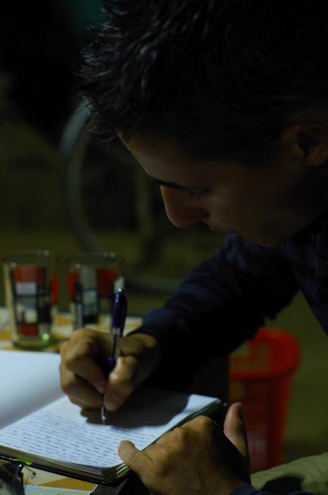 Brian : « Chaque jour, j'écris. Parfois beaucoup selon les copains, qui eux écrivent moins. Pour moi c'est un moyen de ne pas oublier tous les petits événements qui font nos journées si remplies. J'en profite également pour marquer mes impressions, bonnes ou mauvaises, car je ne voudrais pas qu'elles partent aux oubliettes. Cela m'aide aussi à prendre du recul sur les choses et mieux apprécier les instants de ce voyage unique.