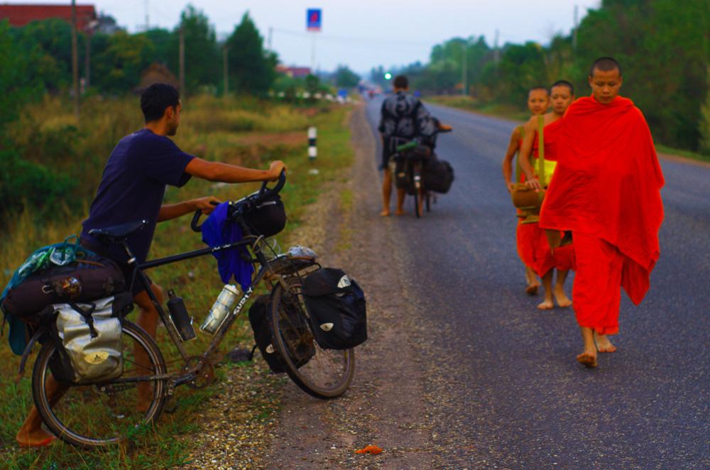 Au petit matin, nous sortons de la forêt dans laquelle nous avions mis nos hamacs pour dormir. Nous croisons les moines qui partent pour leur quête quotidienne vers le village le plus proche tandis que nous prenons la route vers le nord.