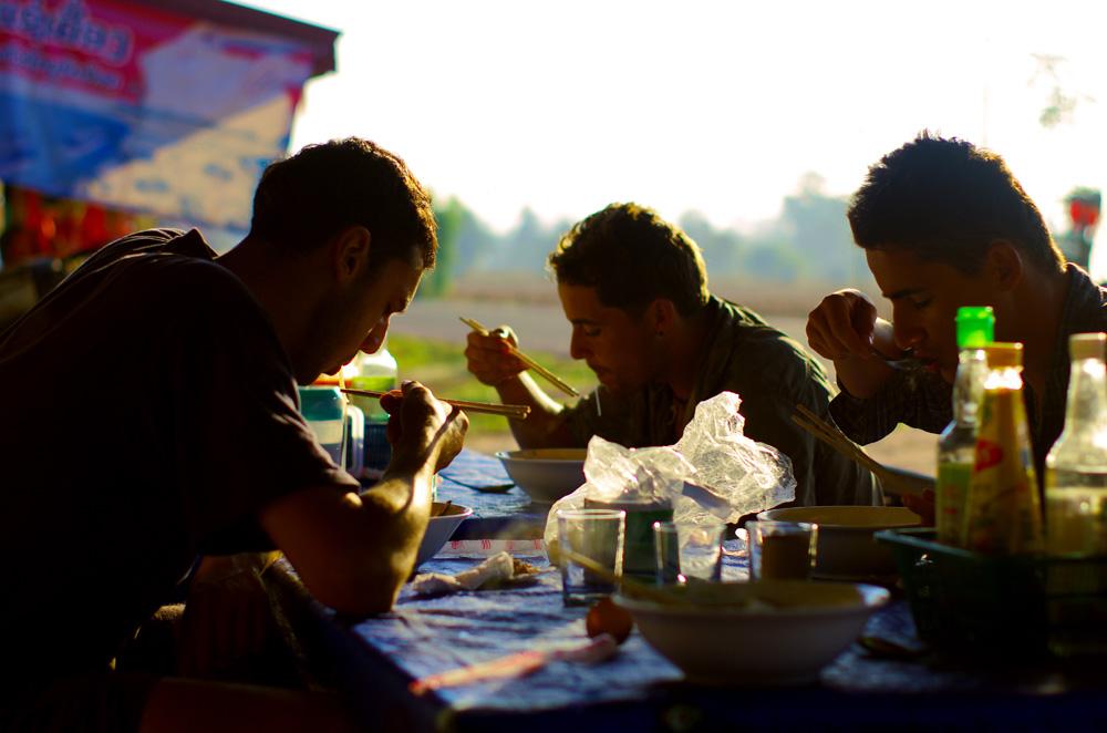La soupe du matin, c'est notre petit déj' local à la laotienne. Ça s'appelle un « feu » et c'est super bon : soupe de nouilles avec petits légumes verts frais (salade, menthe et autres feuilles), parfois un œuf cru, dans un bouillon que l'on peut accompagner de sauce de poisson (nam pâa) et/ou sauce soja.