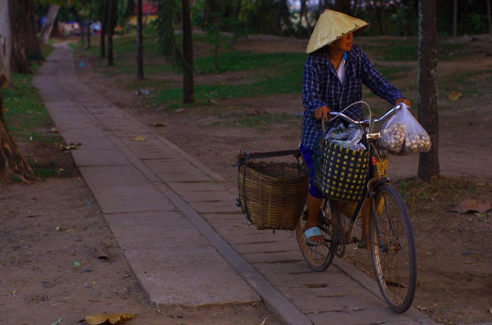 Il y a quelques années il était commun de voir les gens se déplacer à vélo mais aujourd'hui les scooters et mobylettes sont venus mettre les bicyclettes sur le banc de touche. On peut quand même compter sur d'irréductibles laotiennes pour rentrer du marché à vélo, en silence et sans gaz d'échappement.