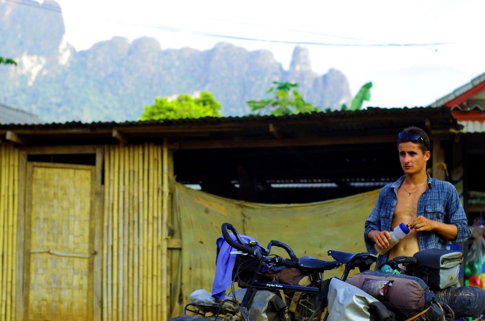 Le climat tropical chaud et humide du Laos et le relief ardu de la route qui relie Vientiane à Luang Prabang nous donnent un peu de fil à retordre. Ici, Brian s'offre une pause après une montée bien rude sous un soleil de plomb. Brian : « Ça nous arrive peu mais ça arrive quand même de pousser l'effort à la limite de la fringale, ce moment où la faim vous rattrape et vous ne pouvez plus avancer. Avec la chaleur ce jour-là, je n'étais vraiment pas loin… »