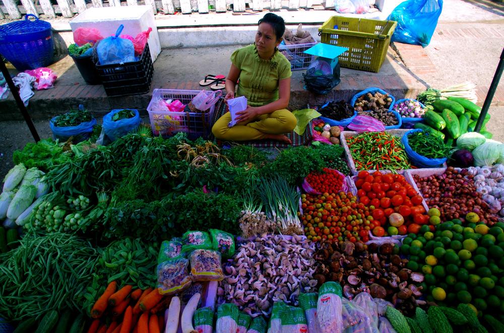 Marché local à Luang Prabang. Un foisonnement de fruits et légumes frais et qui n'ont pas voyagé des milliers de kilomètres pour finir dans nos assiettes. Des couleurs à la hauteur des goûts qui font les mets succulents de la cuisine lao.