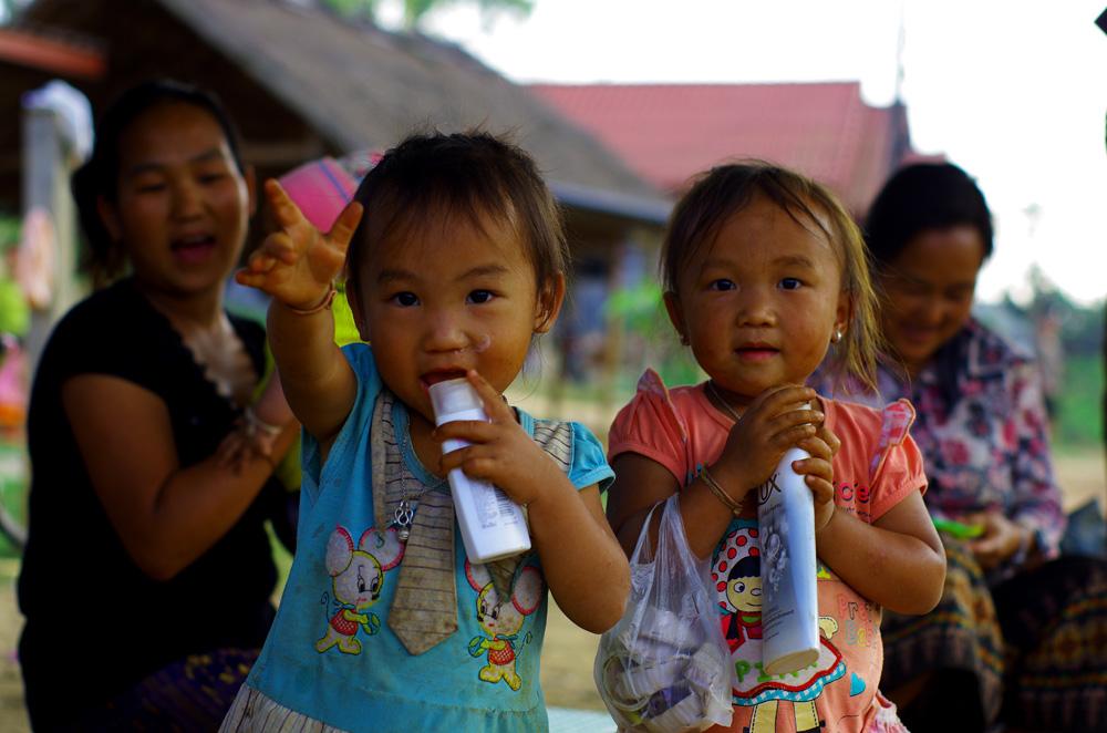 L'avenir semble radieux pour le tourisme dans le pays. En effet, si vous voyagez au Laos, vous constaterez vite que les parents encouragent leurs enfants, dès le plus jeune âge, à saluer les étrangers qu'ils reconnaissent de loin, de très loin même. Parfois ils prennent la main de l'enfant et la secoue en chuchotant à l'oreille de leur petit « Hello » ou « Sabaïdee ». Est-ce qu'on éduque nos jeunes de cette manière ? Il y a peut être à apprendre de ces parents là…