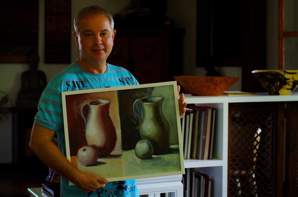 Jean-Marc a marqué notre passage à Luang Prabang. Il faudrait plusieurs vies pour pouvoir écouter toute son histoire. En bref, tout à commencé par un voyage en sac à dos en Inde où, tout juste âgé de 20ans, il se fait rapatrier en France après moins de 48h dans le pays… pour une raison hilarante que lui seul peut raconter. Il retourne vite en Asie où il s'installe finalement. Rapidement il loue des chambres pour les backpackers dans les îles thaïlandaise, vend des noix de cocos et monte des affaires pour les premiers touristes occidentaux dans la région. Un jour il rencontre un artiste italien qui lui propose d'essayer de faire un premier dessin. Curieux et toujours partant pour de nouvelles expériences Jean-Marc prend le pinceau avec ses mains de novice et dessine, sous les conseils de son ami, un vase et une pomme en recopiant le modèle situé à droite du tableau… L'Artiste est né, une superbe carrière s'ouvre à lui, jugez vous même : http://www.tribangha.com/index.html Entre temps il a aussi écrit deux livres inspirés de sa vie dans le Sud de la Thaïlande : « Comme le manque du tigre » Tomes 1 et 2.