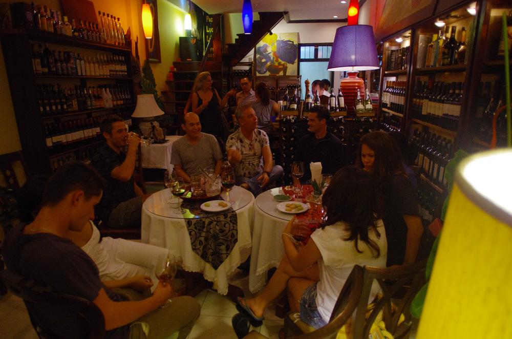 Jean-Marc, sa femme Danni et Yannick nous ont fait découvrir les soirées de Luang Prabang à leurs manières. Très généreux avec nous, Yannick n'a pas lésiné sur les moyens pour nous faire passer de bons moments. Vin rouge et fromage étaient au rendez-vous ! Jean-Marc a ajouté un grain de folie qui nous a tous bien fait rigoler et a largement contribué à nous faire profiter de ces derniers instants avant de reprendre la route. Sans oublier l'agréable compagnie de Suzy d'origine Américaine, de Mali, Loc, Sayssi et Louise, 4 charmantes laotiennes venues de Vientiane pour passer le w-e entre amis.