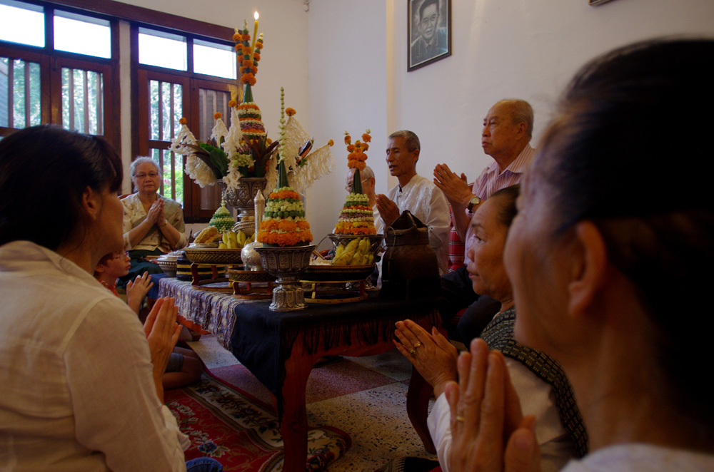 Un « baci » entre « falengs ». Cette fête a été organisée initialement par Souk, le grand-père de Siphay, pour célébrer la réunion de toute sa famille à Luang Prabang. Une vingtaine de personnes de la famille de Siphay avaient fait le déplacement, les parents de Morgan, Brian et Etienne ainsi que quelques amis. Des anciens, amis de Souk, sont venus pour initier tout ce beau monde venu de France à la tradition bouddhiste la plus connue, dont le but est de réunir les bons esprits autour d'une personne, en l'occurrence ici Souk.