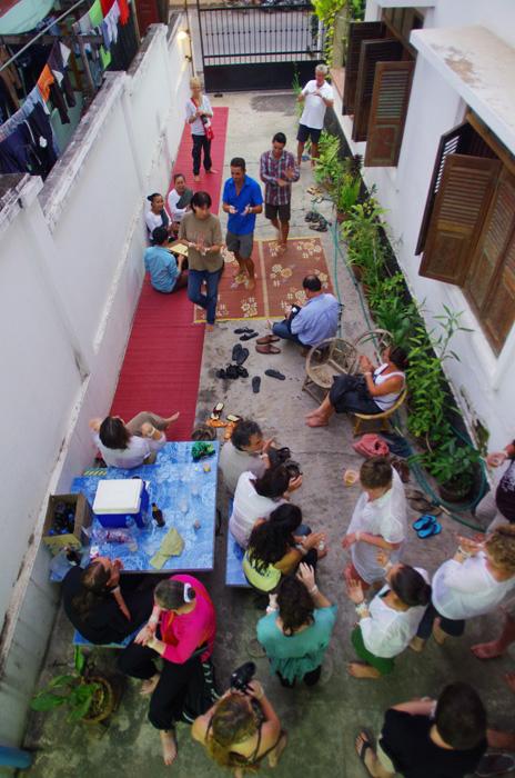Nous voilà tous réunis pour cette cérémonie, avec les familles et amis de la SolidTeam (34 personnes). Les prières terminées, places au festivités sur fond musical et chant typique laotien. Chansy, la mère de Siphay, ouvre la danse en montrant les gestes traditionnels. Un moment que nous avions préparé depuis plus d'un an et que nous savourons enfin. Près de nos proches, le bonheur règne !