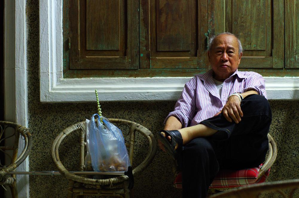 """Souk, le grand-père de Siphay. Siphay raconte : """"Depuis plus d'un an nous essayions d'organiser un rendez-vous avec toute ma famille aux origines laotiennes. Ce fut un succès et surtout un grand moment pour tout le monde, car presque tous ont pu se rendre disponibles. Mes oncles qui n'avaient pas mis les pieds sur place depuis un moment et mes cousins qui connaissaient mais n'avaient jamais eu l'occasion de s'y rendre. Même le Grand-père avec ses problèmes de santé a fait le déplacement et ceci l'a d'ailleurs requinqué ! Nous avons tous pu revoir une grande partie de la famille toujours sur place. Luang Prabang est une étape inoubliable pour moi et pour mes proches je l'espère."""""""