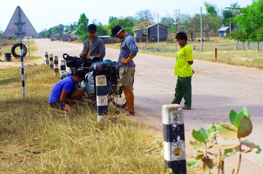 Les premiers tours de roues au Laos sont pénibles pour Etienne. Il enchaîne les crevaisons. Il faut dire que ses pneus ont de l'âge : après un an passé avec Solidream. Et comme à chaque fois nous attisons la curiosité de certains qui se demandent ce que ces « Falengs » font là.