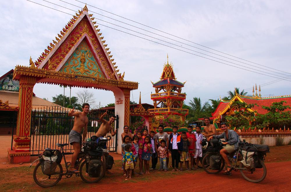 Ici aussi au Laos le sourire est de mise, comme un peu partout en Asie du sud-est (avec un bémol pour les villes du Vietnam tout de même). Les enfants sont curieux et amusés de nous voir passer avec nos vélos surchargés. Quand nous leur proposons de prendre la pause avec nous, ils hésitent d'abord puis se prêtent au jeu. Puis, les présentations faites, ils nous emmènent à pied voir le Mékong situé juste derrière le temple et nous expliquent que de l'autre côté de la rive il y a la Thaïlande. Un moment de partage mémorable !
