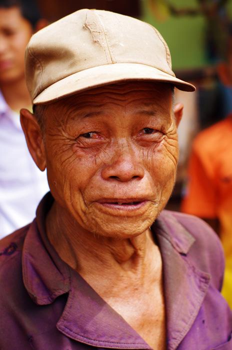 Les anciens sont respectés et pris en charge par leur famille quand ils sont trop vieux pour travailler. Et pourtant nous avons vus des vieillards porter de lourdes charges sur leur dos ou encore des grands-mères en train de faire leurs récoltes dans les champs. Ici la retraite ça n'existe pas et les gens ne semblent pas s'en plaindre, ils vous regarderont toujours avec le sourire sincère jusqu'aux oreilles !
