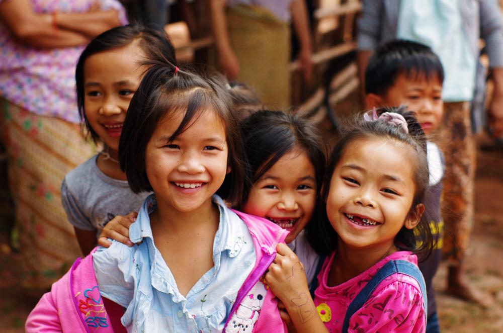 Sabaïdee ! Vous entendrez ce son crié de tous les côtés de la route, des fois nous cherchons même les petites têtes qui hurlent ce mot qui veut dire bonjour. Littéralement, nous avons dû l'entendre des milliers de fois, à chaque fois accompagné d'un sourire. Impossible de se lasser de l'accueil des laotiens, surtout celui des plus jeunes.