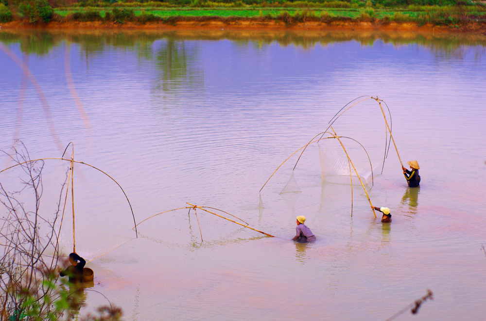 Nouvelle technique de pêche que nous ne connaissions pas. Nous n'avons pas réussi à nous renseigner sur ce que pêchaient ces femmes mais la technique est plutôt efficace car à chaque coup ou presque elles ramassent quelque chose, le tout dans un grand art.