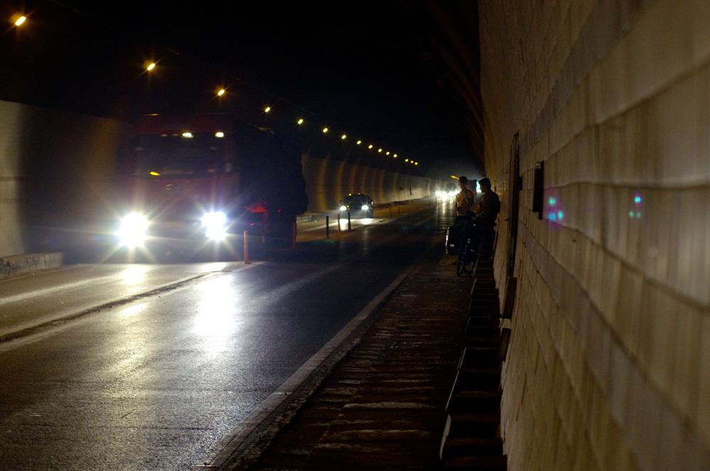 Nos premiers jours en Chine sont marqués par le passage de nombreux tunnels assez dangereux à vélo : les camions arrivent à vive allure et nous sommes souvent dans le noir. Les voitures nous voient mal et parfois nous distinguons à peine la chaussée. Du coup, nous nous adaptons : à chaque passage de véhicule, nous grimpons sur la haute marche et attendons une accalmie du trafic pour reprendre la route. L'accident de Morgan dans un de ces tunnels est décrit ici : http://solidream.net/traverser-la-chine-la-guerre-des-nerfs/