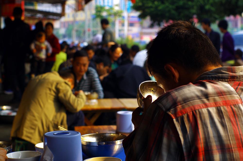 La soupe de nouilles matinale est un rituel en Chine que nous nous sommes vites appropriés. Très peu chère par rapport à un repas normal (en général 0,60€ et au maximum 1€), elle est notre alliée du matin pour attaquer la journée en pleine forme. Hors de question pour nous de cuisiner nos repas comme nous pouvons le faire dans les pays les plus chers, ici nous n'économiserions pas grand chose. La pause restaurant est donc tout à fait justifiée ;)