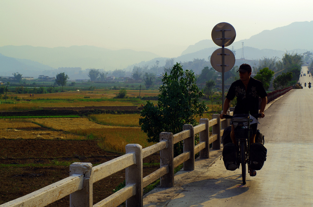 """Morgan : """"Nous venons de quitter Luang Prabang, nos familles et nos amis. Les premiers jours dans le Yunnan, dans un relief très escarpé, à travers des terres colorées et cultivées, je les passe à penser à ces dernières semaines riches en émotions."""""""