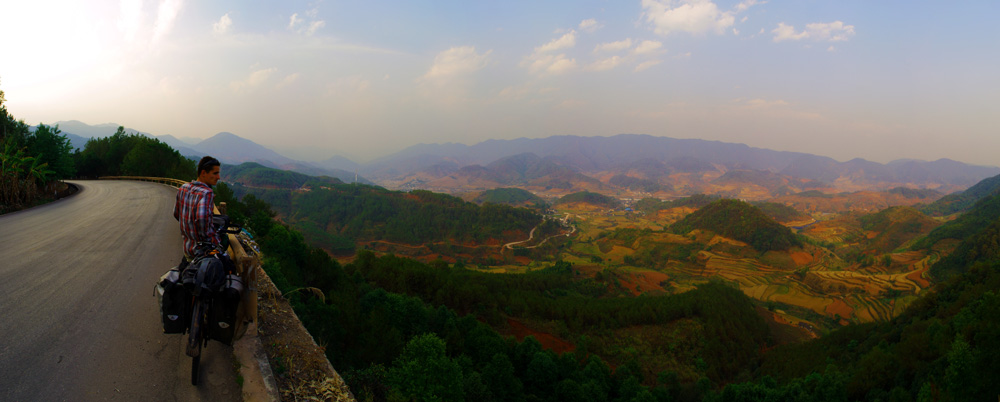 Il est clair que cette route est bien physique et tortueuse en passant par tous les sommets visibles... Mais bon nous essayons de voir le bon côté des choses, littéralement. Les vues sur les vallées agricoles nous laissent quand même rêveurs, mais un rêve dans la réalité :)