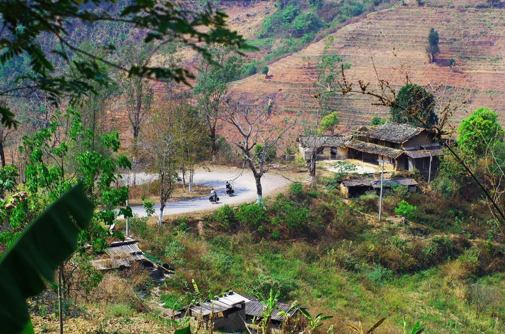 On en a mangé des routes en lacet au Yunnan ! En 9 jours de vélo, nous faisons 900 km jusqu'à Kunming et 11 500m de dénivelé positif. Le tout entre 400m et 2000m d'altitude. Et notre déception est que les descentes sont elles aussi un effort, constamment sur les freins en essayant d'éviter un maximum de nids de poule.