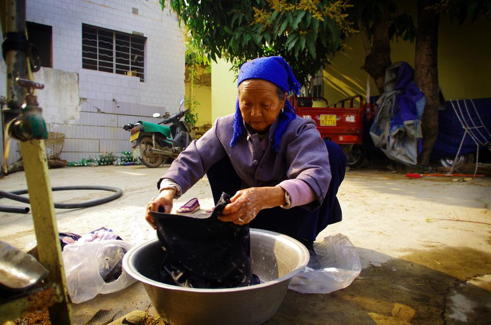 Ils sont nos rencontres de tous les jours. Ce jour-là, Siphay a fait sa lessive avec cette femme. Ce sera une de ces photos souvenirs qui, dans quelques années, nous ferons sourire et nous rappellerons notre quotidien sur les routes de Chine.