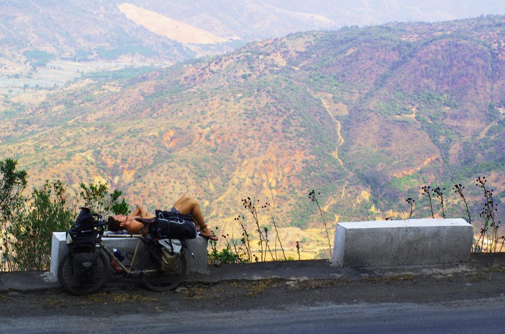 Quasiment pas une portion de plat durant ces 900 km dans le Yunnan. Dans ces ascensions abruptes qui n'en finissent plus, nous nous autorisons des pauses atypiques pour pouvoir repartir avec envie.