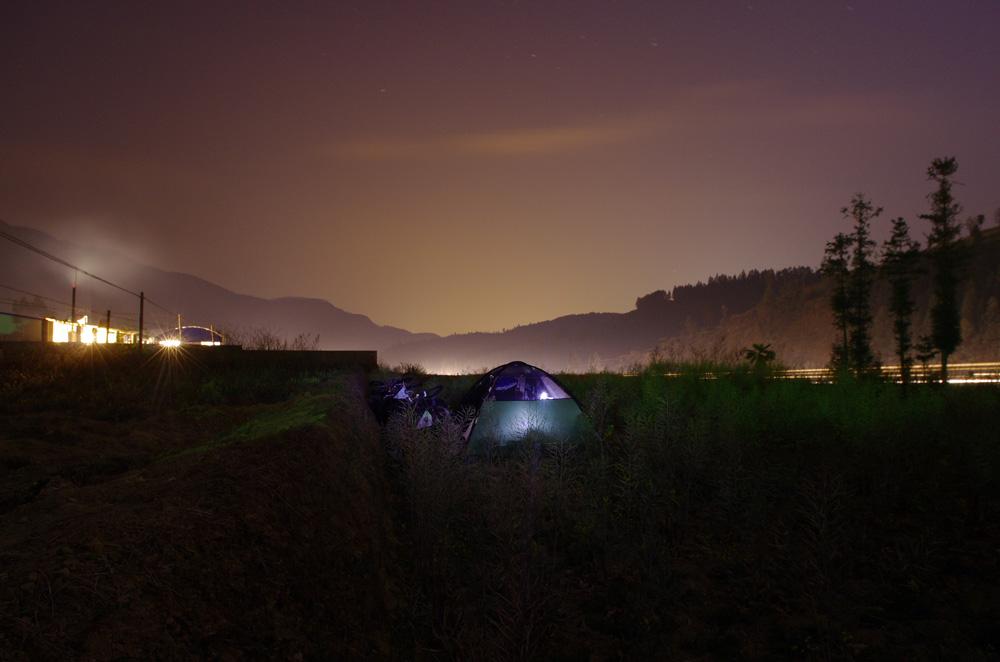 Encore un de ces endroits sur le bord de la route, enfin autoroute pour le coup, où l'on est à peu près convaincus que personne ne nous verrait et que nous pourrions reprendre la route le lendemain matin sans avoir eu à plier la tente dans le coletard en pleine nuit.