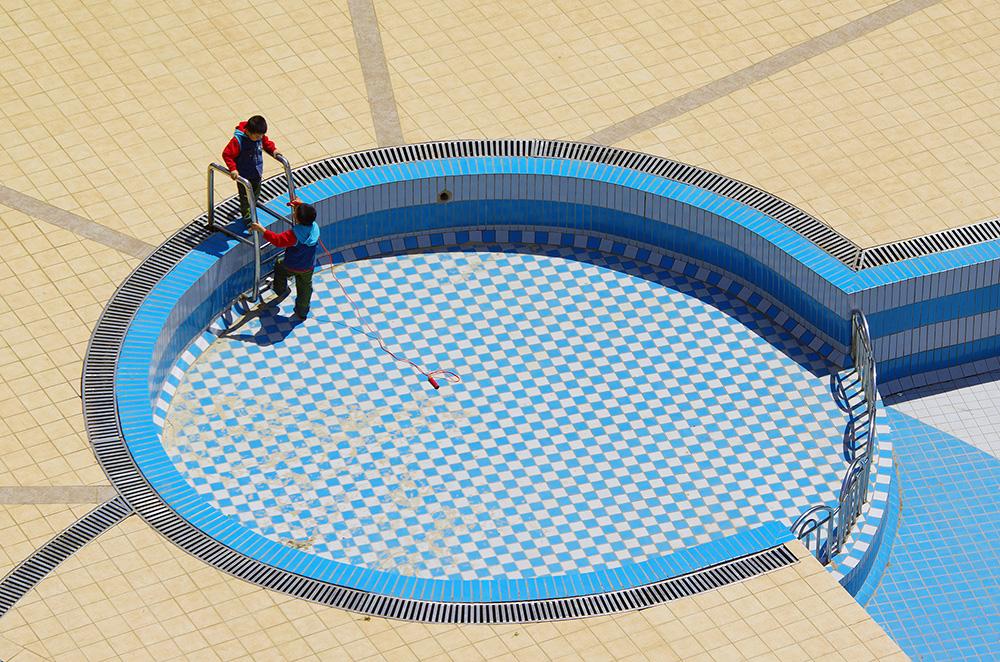 Arrivés dans la grande ville de Kunming, capitale de la province du Yunnan, nous prenons quelques jours pour nous imprégner de la vie locale. Ici, une scène de vie quotidienne dans l'immeuble dans lequel nous sommes accueillis. A 2000m d'altitude, la population locale attend encore que le printemps s'installe vraiment pour replir les piscines !