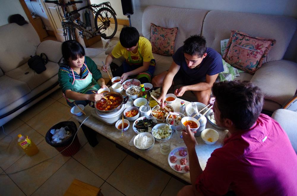 Le « hotpot », une spécialité de Chengdu, une ville réputée pour sa culture culinaire. Le repas consiste à faire chauffer une sauce (en général épicée) au milieu de la table et faire bouillir les aliments au milieu avant de les tremper dans son bol où l'on a une autre sauce froide assez huileuse et assaisonnée à l'ail. Une manière conviviale de partager un repas, un peu comme chez nous la fondue savoyarde par exemple. Sauf que là, les aliments n'ont rien à voir : langue de canard, gorge de porc, estomac de bœuf, tofu, nouilles, champignons locaux et encore d'autres bonnes choses (sans blagues) que nous ne connaissions pas.