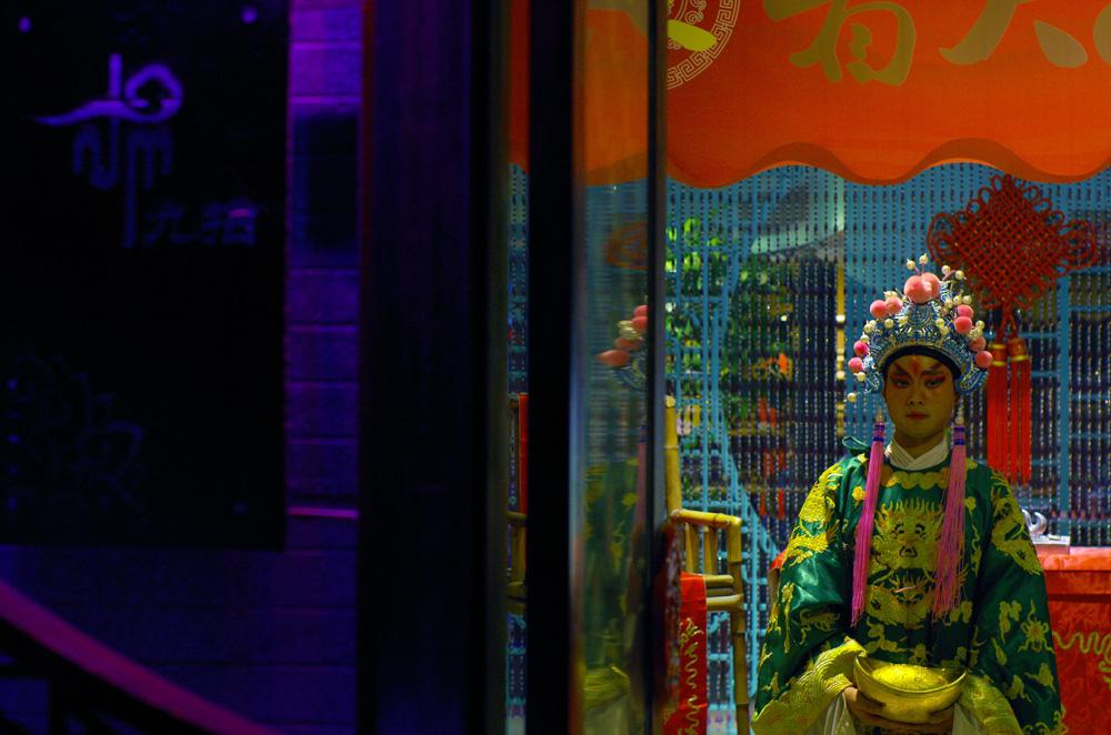 La Chine est une civilisation très ancienne, qui a aussi innové dans de nombreux domaines universels, entre autres les sciences et les arts, d'où certainement leur attrait pour la mode. Les chinois semblent porter beaucoup d'intérêt à leurs tenues et les ouvriers des campagnes nous ont parfois surpris en travaillant en costumes et pantalons à pince (alors poussièreux) sur leur chantier. Dans les villes, d'innombrable magasins très tendance offrent une grande variété de styles où les jeunes citadins passent leurs samedi après midi. Dans la culture chinoise, les vêtements sont l'emblème des traditions. L'histoire du pays a contenu beaucoup de dynasties qui avaient chacune un style à part. Les styles disparaissaient avec la dynastie. Une sorte de révolution vestimentaire à chaque nouveau pouvoir.