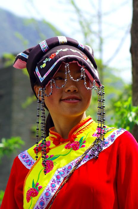 Une chinoise souriante vêtue d'un costume typique de la région montagneuse du Sichuan. Nous n'avons pas vraiment pu en savoir plus sur l'origine exacte du costume mais il nous a inspiré ce cliché.