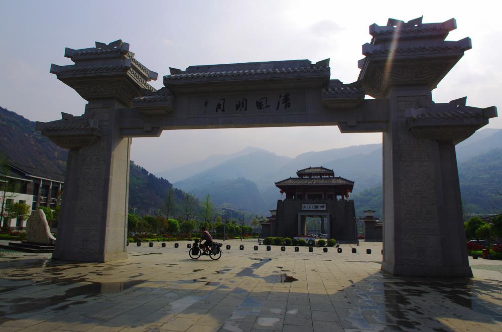 """Le pays regorge d'histoire, il est fascinant d'imaginer comment l'Homme a peuplé les vallées, les plateaux et montagnes. Nous observons les grandes différences d'architectures au rythme de nos coups de pédale. Elles sont les traces de divers peuples parfois disparus de nos jours. Il est intéressant de noter qu'en Chine 55 des éthnies sont minoritaires sur les 56 au total ! La majoritaire est celle des """"Han""""."""