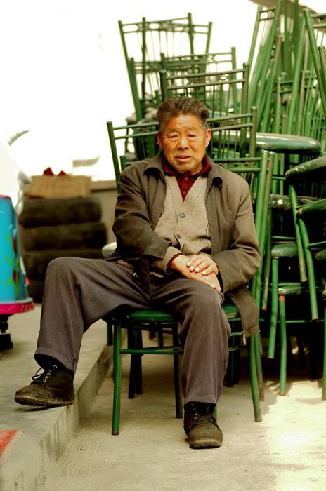 Avec sa femme ce monsieur tient un des rares restaurants du coin. Ils nous ont concocté à manger alors que, affamés et sans avoir déjeuné, nous arrivions le matin avant l'heure d'ouverture.