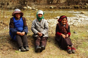 Portrait de trois femmes du Tibet oriental