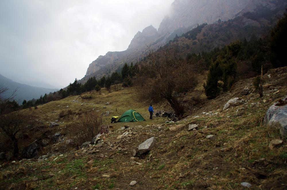 C'est la fin de la journée et nous avons atteint notre objectif qui était de monter au-delà de 3000 m d'altitude pour aujourd'hui. Morgan part en repérages et nous indique un endroit plat pour monter le camp, c'est parti ! Au milieu de nulle part, au cœur de la montagne, nous regardons les flocons de neige tomber tandis qu'un troupeau de yaks nous surveille d'un œil.