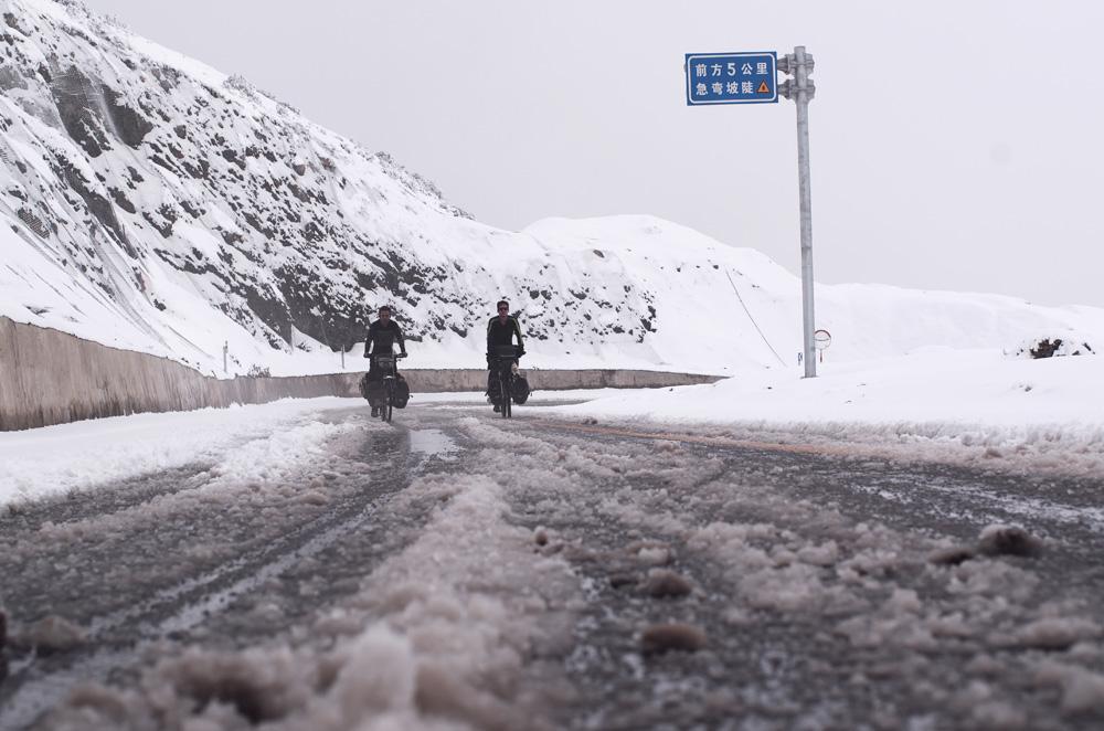 Nous approchons du col et la neige n'a pas fondu. Espérons que la couche ne s'épaississe pas trop avec l'altitude car la descente pourrait être assez dangereuse...