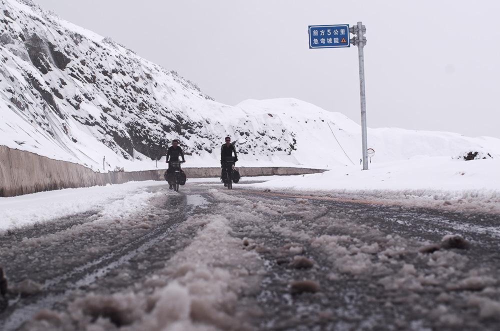 A vélo à 4000 m dans l'Himalaya