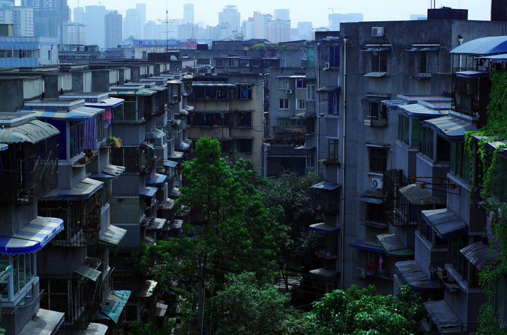 La vue depuis l'endroit où nous sommes hébergés à Chengdu. Cette ville de 14 millions d'habitants nous laisse un horizon en béton sur 360 degrés, même depuis les plus hautes tours. Une autre caractéristique de la ville : il est très rare de pouvoir contempler un ciel bleu ! La pollution est telle que nous nous contenterons donc du gris...