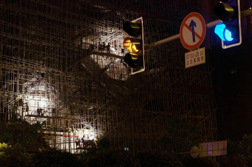 La croissance de la Chine peut se mesurer en temps réel à l'œil. Dans toutes les villes que nous avons croisées, les immeubles en construction se comptent par dizaines. C'est tout à fait impressionnant. Entre le jour où nous sommes arrivés à Chengdu et le moment ou nous sommes partis, une dizaine de jours, ils avaient construit un nouveau pont devant la gare du Nord... Hallucinant !