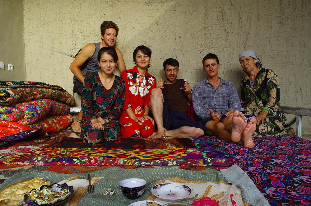 """Qörakol, Ouzbékistan : Alors que la nuit s'approche, Alicher vient nous aborder en français sur la route, au volant de sa voiture. Il nous invite à venir profiter de son hospitalité chez lui. """"Il y a beaucoup de pain, de viande, de fruits et de thé chez moi"""", nous assure-t-il. Dans ce pays, il est dur de refuser toutes les invitations et nous acceptions celle-ci volontiers. Alicher a déjà accueilli de nombreux touristes de passage chez lui, cela paraît être une de ses plus grandes satisfactions et fierté. Professeur de mathématique à l'école locale, c'est en compagnie de sa femme, sa mère et sa sœur qu'il nous offre un repas copieux et succulent qui nous confirme un peu plus l'hospitalité naturelle des habitants de ce pays et de l'Asie centrale en général."""