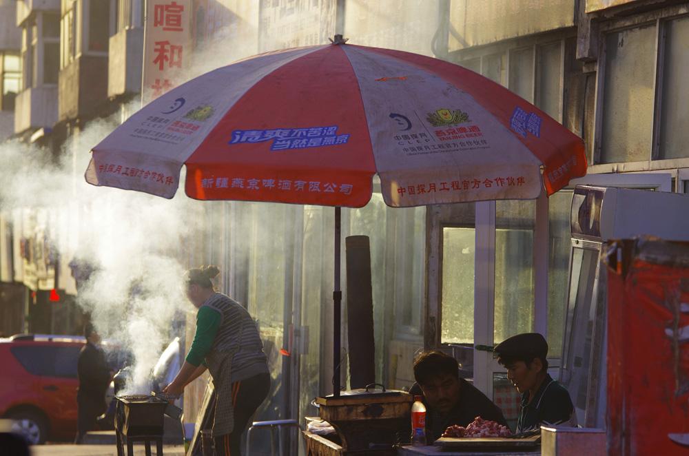 La pollution et la poussière s'entremêlent dans les grandes avenues de la ville où les petits restaurateurs préparent des brochettes en plein air. Si la plupart des locaux ne semble pas prêter attention à cet air pollué il y en a quand même qui portent constamment un masque sur le visage pour épargner leurs poumons.