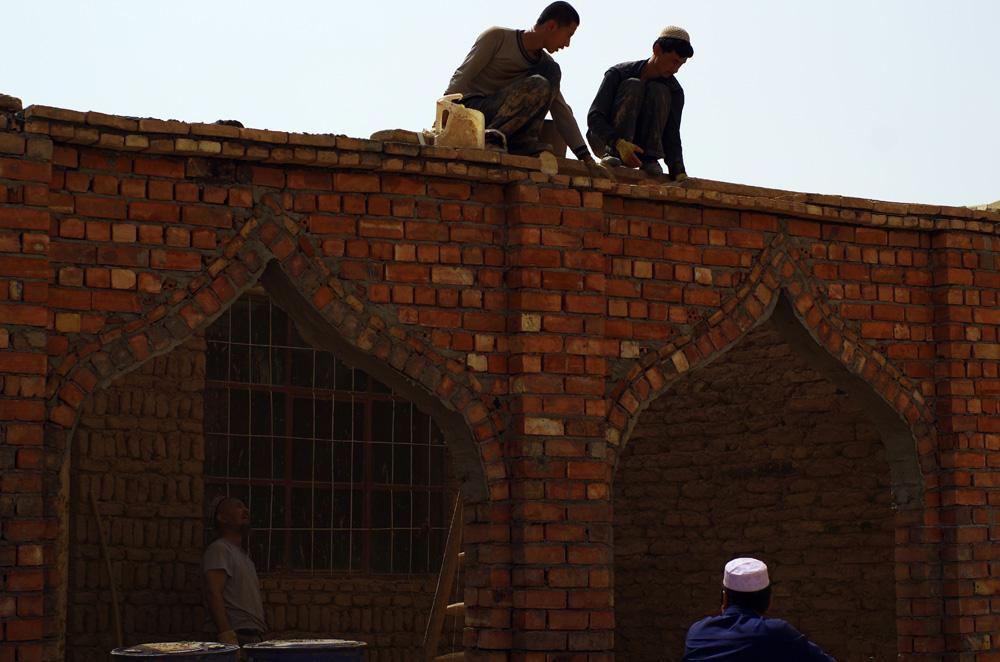 Dans le reste de la Chine nous étions très étonnés de voir des femmes travailler avec les hommes sur les chantiers : creuser à la pelle, porter des moellons et enfoncer des clous au marteau. Dans la province du Xinjiang ces habitudes se font plus rares et nous côtoyons surtout des hommes dans les travaux manuels d'extérieur.