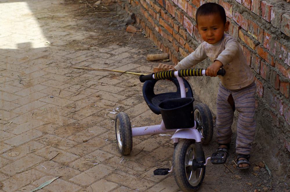 Ce petit a un pantalon bien écologique. Comme beaucoup de bébé en Chine, son pantalon est ouvert au niveau de l'entre jambe, ainsi il peut faire ses besoins sans avoir à utiliser de couches ! Il est un peu étrange de les voir faire ça en pleine ville au début, mais cela fait parti de la culture.