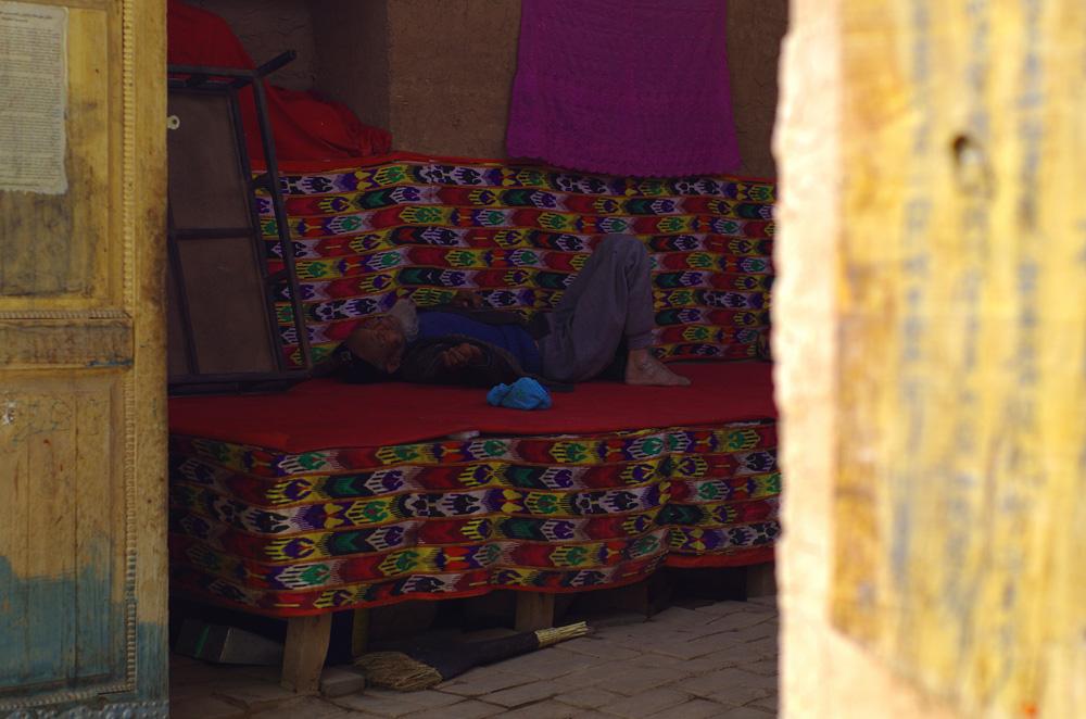 L'heure est à la sieste. Pendant les heures chaudes les maisons sont grande ouvertes et personne ne traine dans les rues.