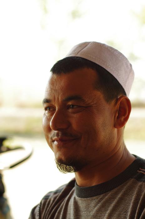 De même que les voiles sur les femmes, nous retrouvons ici le fez (ou tarbouche) sur la tête des locaux. Ici, après avoir dégusté un plat de pâtes fraîches locales, nous discutons avec Akrin, très sympathique, qui nous explique commment il vit ici.