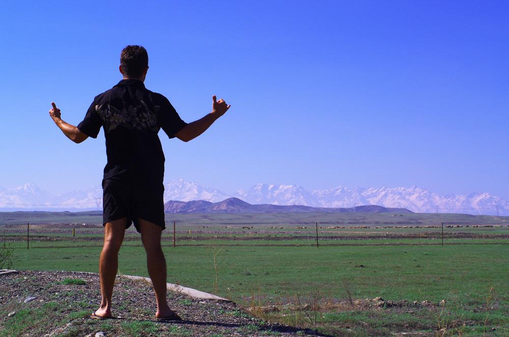"""Victoire ! Nous avons nos visas pour le Kazakhstan et pouvons enfin reprendre la route vers l'Ouest. Morgan : """"Cela faisait bien longtemps que je n'avais pas eu autant de plaisir à reprendre la route. Contrairement à d'habitude où nous sommes toujours un peu triste de quitter les gens que nous avons rencontré, cette fois nous avons la sensation d'avoir retrouvé notre liberté."""""""